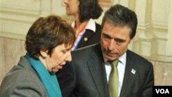 La responsable de relaciones exteriores de la Unión Europea, Catherine Ashton, y el secretario general de la OTAN , Anders Fogh Rasmussen, participan de las reuniones en Bruselas.
