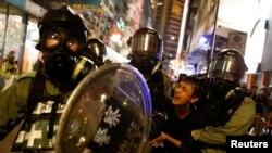 一名抗議者星期六(11月2日)被警察帶走。路透社