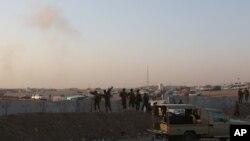 Soldados kurdos observan operaciones aéreas contra posiciones del grupo extremista Estado Islámico en el norte de Irak.