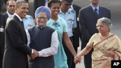 U.S. President Barack Obama, left, is greeted by Indian Prime Minister Manmohan Singh, second left, as first lady Michelle Obama is received by Singh's wife Gursharan Kaur, right, in New Delhi, India, Sunday, Nov.7, 2010.