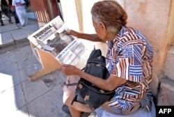ແມ່ຍິງຄົນນຶ່ງ ພວມອ່ານໜັງສືພິມ 'Tribuna de la Habana' ຢູ່ໃນພາກກາງຂອງນະຄອນຫຼວງ ຮາວານາ ມື້ນຶ່ງ ກ່ອນໜ້າ ການເດີນທາງໄປຢ້ຽມຢາມ ຄິວບາ ຂອງພະສັນຕະປາປາ Francis, ວັນທີ 18 ກັນຍາ 2015.