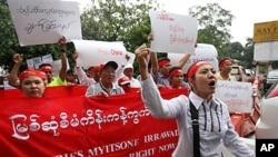 图为缅甸活动人士9月22日抗议马来西亚科吉隆坡一处水电大坝工程