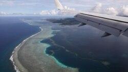 Máy bay của Ngoại trưởng Mỹ Mike Pompeo chuẩn bị hạ cánh xuống phi trường quốc tế Pohnpei ở Kolonia, Liên bang Micronesia (FSM) ngày 5/8/2019. REUTERS/Jonathan Ernst