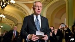 El líder de la mayoría demócrata en el Senado, Harry Reid, habla en el Capitolio sobre los recortes presupuestarios.