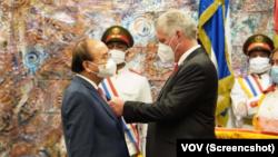 Chủ tịch nước Việt Nam Nguyễn Xuân Phúc được Chủ tịch Cuba Miguel Diaz-Canel trao Huân chương Jose Marti tại Cung Cách mạng ở Havana hôm 19/9.