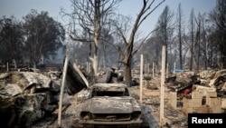 Mobil yang terbakar akibat kebakaran hutan yang menghancurkan area Phoenix, Oregon, AS, 10 September 2020. (Foto: REUTERS/Carlos Barria)