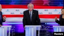 3 nan kandida ki pral patisipe nan 3èm deba prezidansyèl la: Ansyen Vis Prezidan Joe Biden (agoch), Senatè Eta Vermont Bernie Sanders (mitan) avèk Senatris Eta Kalifòni Kamala Harris.