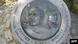 Памятник Орландо Летельеру и его секретарю Ронни Моффитт