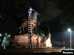 Baltimorda fəhlələr Vətəndaş Müharibəsi (1861-65) dönəmində quldarlığı müdafiə etmiş Konfederasiya generalı Robert E. Lee-nin heykəlini sökürlər. Uayman Park, Baltimor, ABŞ. 16 avqust, 2017.