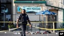 Policajac ispred bara Ned Pepers u Dejtonu, gde se dogodilo masovno ubistvo