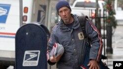 Según la oficina de fiscalización del Congreso, el Servicio Postal está obligado por ley a repartir cartas seis días a la semana.