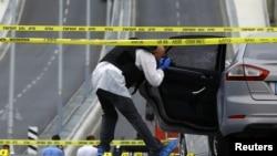 警方在可疑車輛上搜集證據
