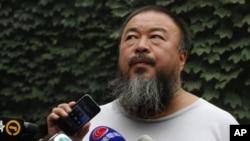 Seniman pembangkang Tiongkok, Ai Weiwei, mendengarkan keterangan pengacaranya terkait hasil putusan pengadilan atas kasus penghindaran pajak jutaan dolar yang dituduhkan kepadanya melalui speakerphone (20/7).