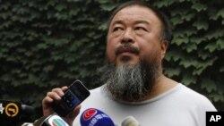 Nghệ sĩ Ngải Vị Vị đang nghe loan báo của luật sư của ông qua loa phóng thanh về việc tòa án bác đơn kháng án của ông
