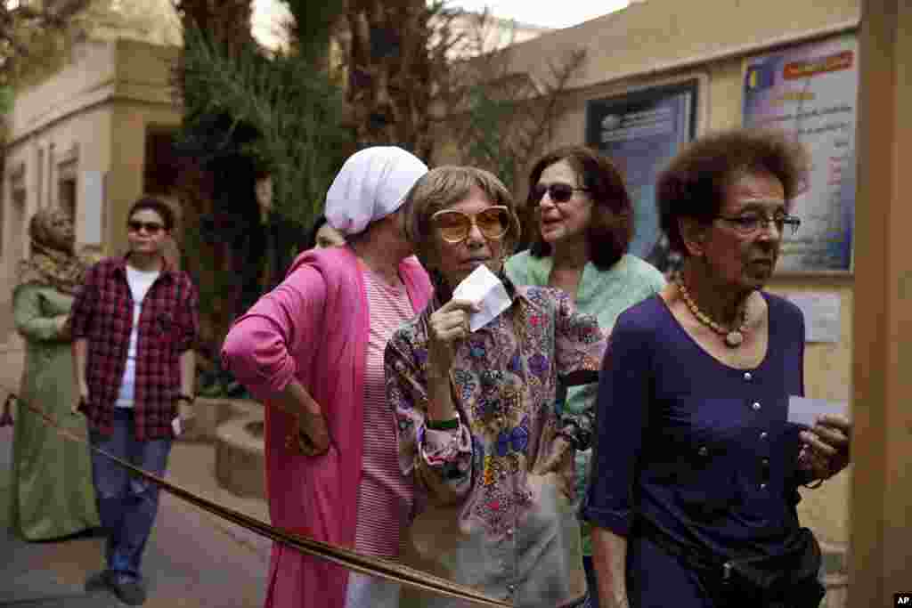 Egyptian women wait to vote at a polling site in Cairo, May 26, 2014.