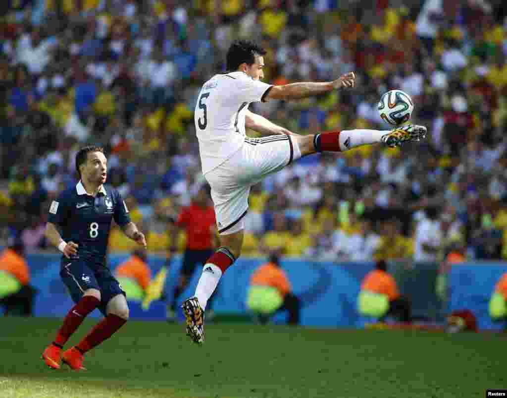 جرمنی کے ہمیلس فٹ بال کو ماہرانہ انداز میں کنٹرول کرتےہوئے