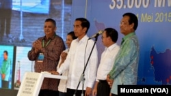 "Presiden Jokowi menekan tombol menandai peresmian peluncuran program ""35 Ribu MW untuk Indonesia"", di Yogyakarta (4/5). Nampak mendapmingi Presiden, dari kiri ke kanan: Direktur PLN Sofyan Basir, Menteri BUMN Rini Sumarno, Menteri ESDM Sudirman Said dan Gubernur DIY Sultan Hamengkubuwono X."