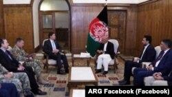 Menteri Pertahanan AS Mark Esper bertemu dengan Presiden Afghanistan Ashraf Ghani di Kabul, 20 Oktober 2019.