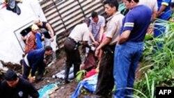Cảnh sát và lính cứu hỏa tại hiện trường vụ tai nạn ở San Isidro, phía tây nam của Quito, Ecuador, 24/12/2010