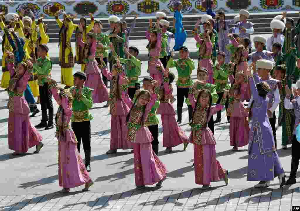رقصیدن شرکت کنندگان در بیست و هفتمین سالگرد استقلال ترکمنستان