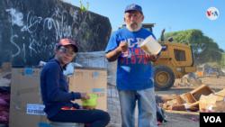 Parte de la familia que sobrevive de la venta de chatarras y de los desperdicios de comida. (Foto: Houston Castillo - VOA)