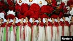 朝鲜艺术团体在平壤庆祝劳动党建党70周年。(2015年10月11日)