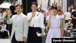 Putra Mahkota Jepang Naruhito (kiri) bersama istrinya, Masako dan putri mereka Aiko melambaikan tangan kepada warga di Matsumoto, Prefektur Nagano (10/8).