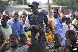 Un policier ivoirien lors d'une manifestation de jeunes à Abidjan