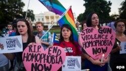 지난 12일 미국 워싱턴 백악관 앞에서 올랜도 동성애자 클럽에서 발생한 총기 테러 사망자들을 애도하는 촛불 시위가 열렸다. (자료사진)
