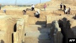 Iroqlik ishchilar Nimrud shahridagi arxeologik manzilga qarayapti. 2001-yilgi surat.