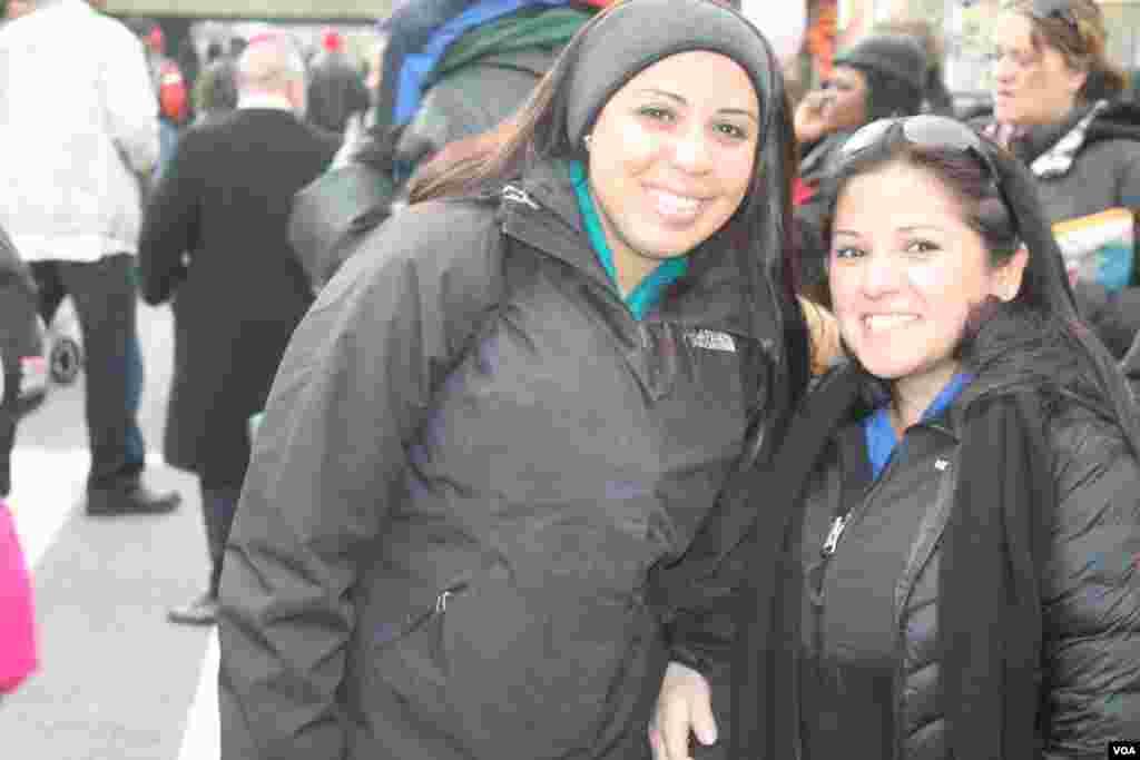 Estas jóvenes llegaron desde Virginia para ser testigos de la toma de mando del presidente Obama. [Foto: Mitzi Macias, VOA ]