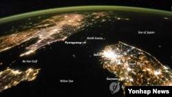 우주에서 본 한반도의 밤. 불빛이 환한 한국과 암흑으로 덮힌 북한이 극명한 대조를 이룬다.