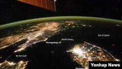 우주에서 본 한반도의 밤. 불빛이 환한 한국과 암흑으로 덮힌 북한이 극명한 대조를 이룬다. (자료사진)