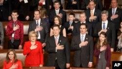 6일 개원한 미국 114대 의회 하원에서 의원들이 가족과 함께 국기에 대한 맹세를 하고 있다.