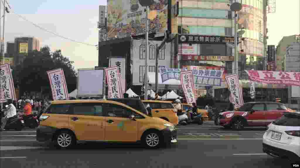 台湾独立支持者在西门竖起支持台独的旗帜。东京奥运台湾正名公投如果最终通过,蔡英文政府将在两岸关系上面临新的压力和挑战。(萧洵摄影)