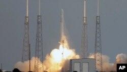 Tên lửa Falcon 9 mang phi thuyền Dragon. (AP Photo/John Raoux)