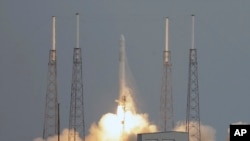 Roket Falcon 9 yang mendorong kapsul Dragon ke stasiun antariksa NASA. (AP/John Raoux)