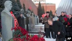 Lãnh đạo đảng Cộng sản Nga Gennady Zyuganov đặt hoa lên mộ ông Stalin tại Quảng trường Đỏ, Moscow, 5/3/2013