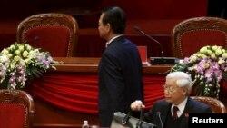 Cựu Thủ tướng Việt Nam Nguyễn Tấn Dũng (đứng) và ông Tổng Bí thư Nguyễn Phú Trọng.
