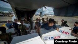 Binh sĩ Mỹ đưa hàng cứu trợ lên trực thăng Osprey để chở đến cho nạn nhân bão lụt Philippines.