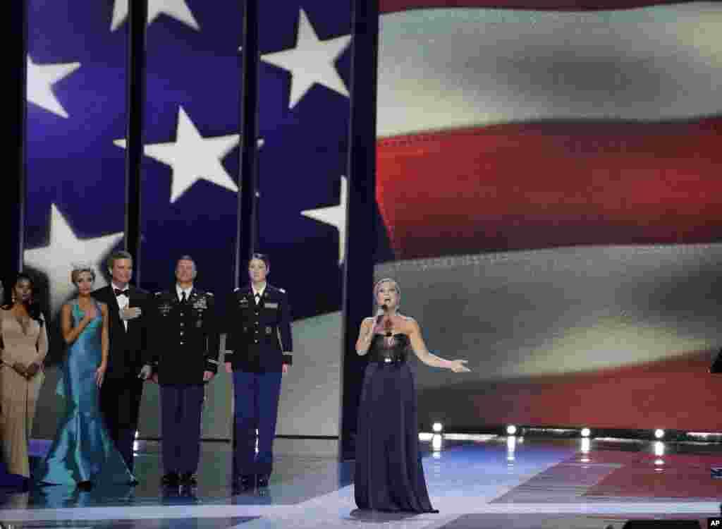کیت هارمن، دختر شایسته سال ۲۰۰۲ ، سرود ملی آمریکا را برای مراسم انتخاب دختر شایسته ۲۰۱۶ آمریکا می خواند.