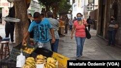 Venezuela'da bir sokak satıcısı