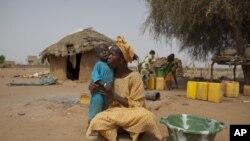非洲儿童由于饥饿而哭泣(资料照片)