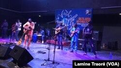 """Le groupe Debademba sur scène lors du Festival """"Jazz à Ouaga"""" au Burkina Faso, le 27 avril 2019. (VOA/Lamine Traoré)"""