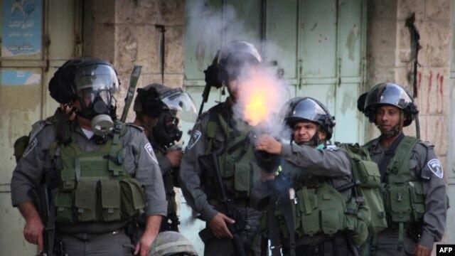 Binh sĩ Israel bắn hơi cay vào người biểu tình Palestine trong một vụ đụng độ ở thành phố Hebron ở Bờ Tây.