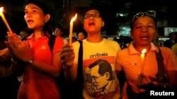 Los tailandeses lloraron en las calles tras el anuncio de la muerte del rey Bhumibol Adulyadej, en Bangkok, el jueves, 13 de octubre, de 2016.