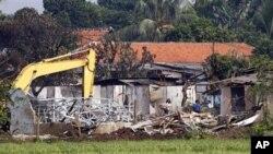 Rumah warga yang hancur setelah pesawat latih Fokker 27 TNI Angkatan Udara, jatuh menimpa pemukiman di sekitar Halim Perdanakusuma, Jakarta (21/6).