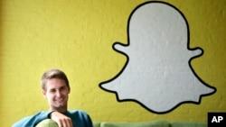 CEO Snapchat Evan Spiegel berpose dengan logo Snapchat (foto: ilustrasi).