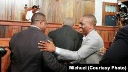 Zitto Kabwe akipongezwa na kiongozi wa upinzani baada ya kushinda kesi siku za nyuma.