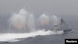 지난 1월 타이완 해군 소속 함정이 해상 훈련 중 플레어를 발사하고 있다. (자료사진)
